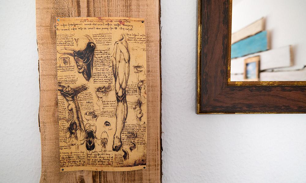 Wandbild auf Holz im Behandlungsraum